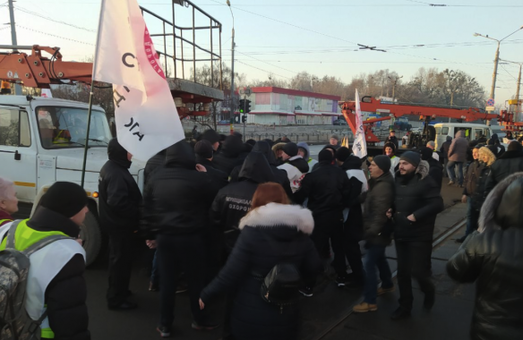 На «Барабашово» произошли столкновения между активистами и коммунальщиками (ФОТО)