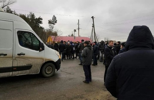 Под Харьковом перекрыли трассу: люди протестуют против добычи сланцевого газа (ФОТО)