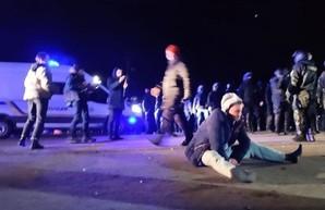 Протесты в Новых Санжарах: титушек свезли со всей Украины (ФОТО)