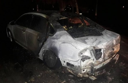 Ночью в Харькове сгорела иномарка (ФОТО)