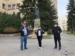 На памятники в центре Харькова надели защитные маски (ФОТО)