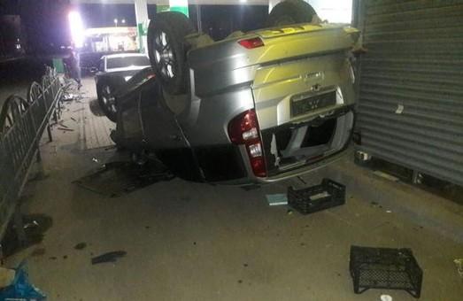 В Харькове иномарка врезалась в забор АЗС: водитель травмирован (ФОТО)