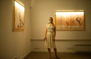 «Нейлоновая» выставка Nude: в Харьковской Муниципальной галерее выключили свет
