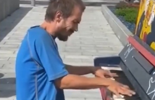 Show must go on: человек сомнительного вида играл в центре Харькова (видео)
