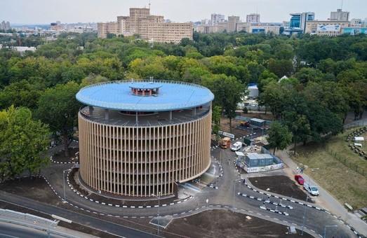 В Харькове построили многоэтажный паркинг, куда никого не пускают