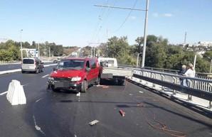 В Харькове микроавтобус сбил дорожных рабочих