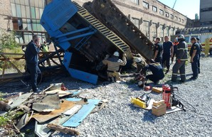 В Харькове перевернулся строительный кран (ФОТО)