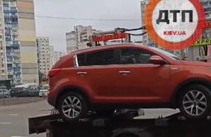 В Киеве эвакуатор забрал KIA Sportage с ребенком внутри
