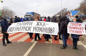 """""""Задохнись, но заплати"""": В Украине продолжаются тарифные протесты, люди перекрывают дороги"""