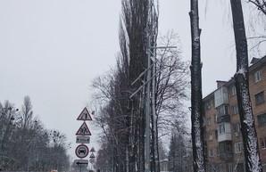 У Кличко опять устало и упало: на Туполева, в которую закопали 324 млн, над головами людей повисла электроопора