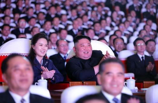 Жена северокорейского диктатора появилась на публике впервые за год