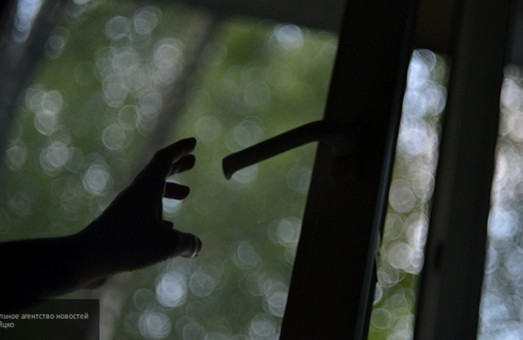 В Кривом Роге ребенок, спасаясь от пьяного отца, выпрыгнул из окна пятого этажа
