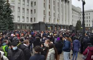 Офис президента окружили более четырех тысяч митингующих