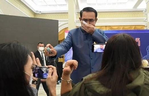 Премьер Таиланда в ответ на вопрос о кадровых изменениях обрызгал журналистов антисептиком – ВИДЕО