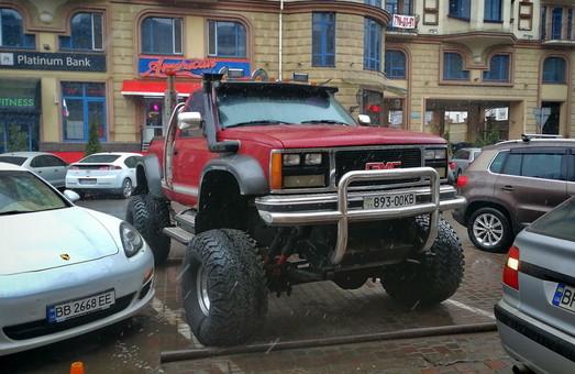 В Одессе во время весеннего снегопада обнаружили необычный джип на огромных колесах (ВИДЕО)