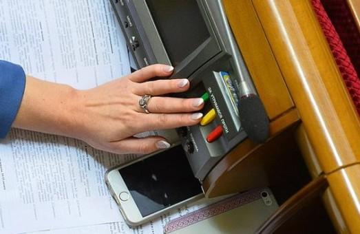 Кабмин планирует разработать приложение, позволяющее депутатам голосовать с телефона