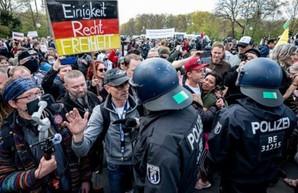 В Берлине прошли массовые протесты против карантинных ограничений, полиция применила силу