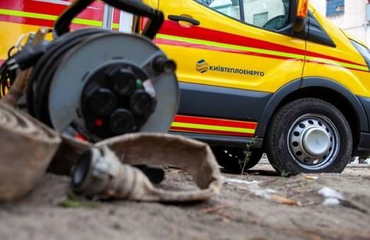 В Киеве авария на трубопроводе: 10-метровый фонтан выбил стекла машинам