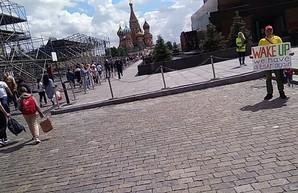 В Москве около мавзолея Ленина задержали пикетчика с плакатом «Проснись, у нас снова есть царь»
