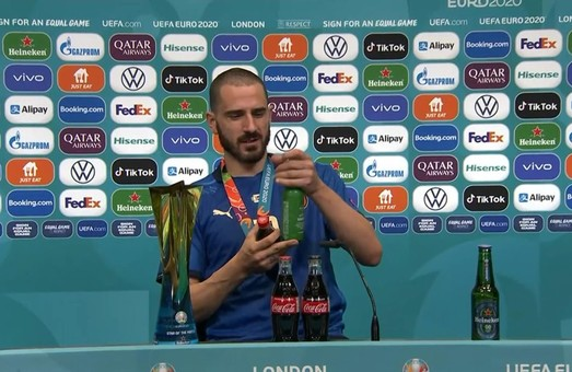 Чемпион Европы на пресс-конференции запивал пиво колой. ВИДЕО