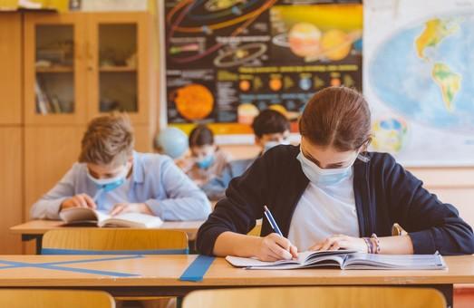 В украинских школах с понедельника вводят новые карантинные правила