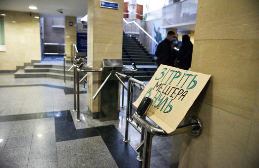 «Сотрите Мецгера в ноль»: на журналистов уронили вазон из окна «Укрэксимбанка»