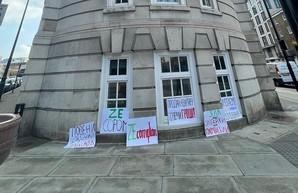Украинцы в Лондоне пикетировали «квартиру Зеленского» (Видео)