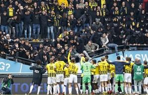 В Голландии во время футбольного матча обрушилась трибуна с болельщиками (Видео)