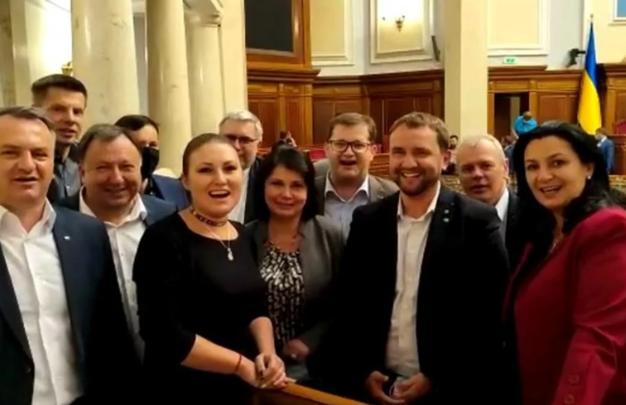 Депутаты в Верховной Раде исполнили песню «Батько наш Бандера»
